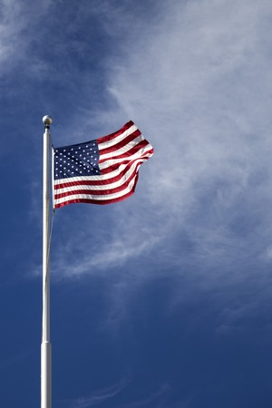青い空の上のアメリカ国旗で見る