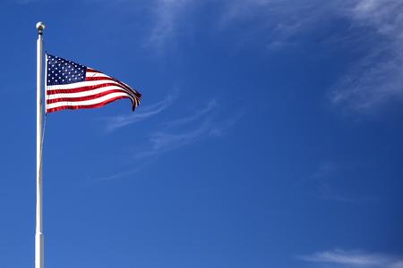 青空のアメリカ国旗を見る