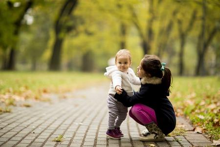 秋の公園で二人の小さな女の子の姉妹