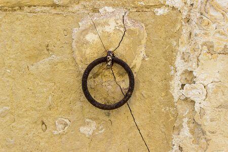 Vue sur l & # 39 ; anneau métallique vieux sur le mur Banque d'images - 86876362