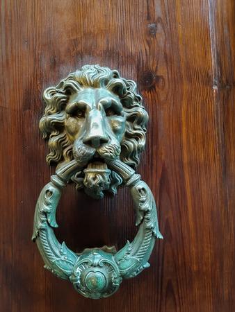 Mening bij oude decoratieve deurkloppers van Siena, Italië