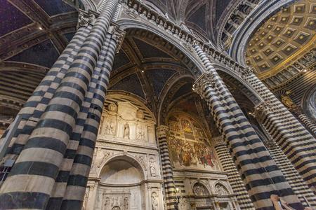 イタリアのシエナ大聖堂の内部。シエナ大聖堂は、メアリーの仮定に専用されて 報道画像