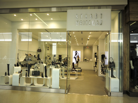 ALBERTA, CANADA - SEPTEMBER 21, 2014: Stuart Weitzman store in Alberta, Canada. It is international, high-end shoe company. Редакционное