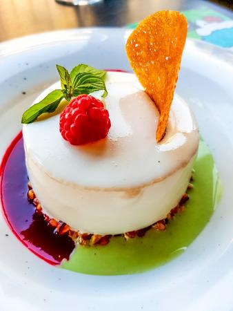 Close up vista a torta con salsa di pistacchio Archivio Fotografico - 87161889
