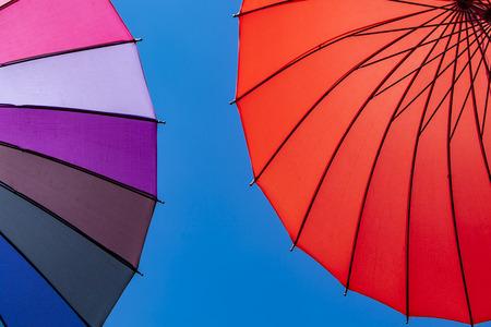 晴れた日にカラフルな傘で見る