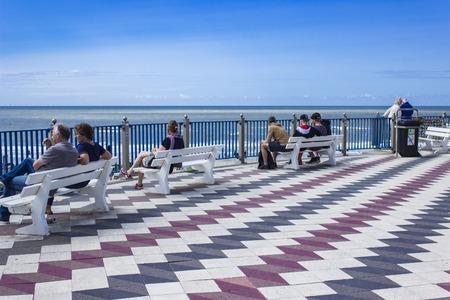 ZANDVOORT, NEDERLAND - 5 augustus 2017: Niet-geïdentificeerde mensen op het strand van Zandvoort in Nederland. Het is het belangrijkste strandresort in Nederland. Redactioneel