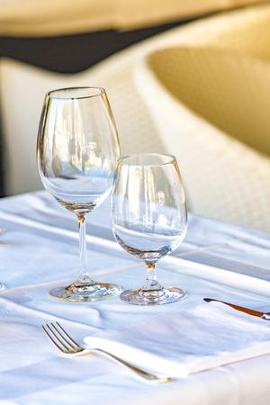 レストランでテーブルの上のガラスを表示します。 写真素材