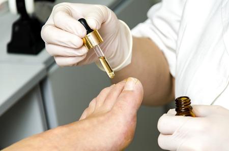 サロンで足のペディキュア治療の詳細