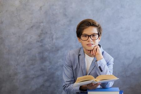 귀여운 십 대 소년 안경 읽기 책의 초상화