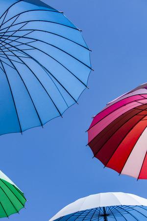 カラフルな傘で晴れた日を表示します。