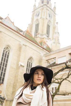 Ritratto di una bella giovane donna con cappello all & # 39 ; aperto Archivio Fotografico - 89032924