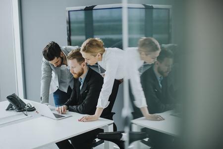 groupe de gens d & # 39 ; affaires lors d & # 39 ; une réunion dans le bureau
