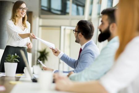 Groep zakenlieden en onderneemsters die in bureau samenwerken. Stockfoto