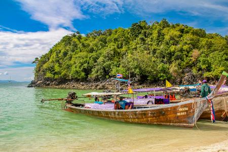 クラビ、タイのクラビ, タイ - 2012 年 1 月 3 日: 伝統的なロングテール ボート。このロングテール ボートは、今よく観光客を輸送するため使用されま