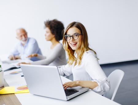 Mening bij bedrijfsmensen die een strategie bespreken en in bureau samenwerken