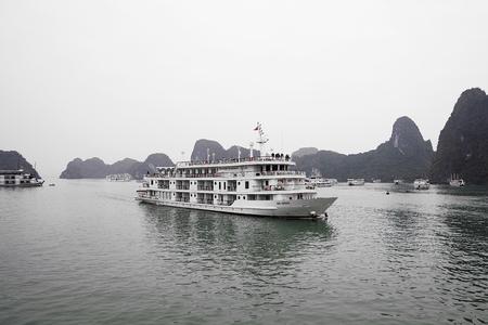 하 긴, 베트남 -2 월 28 일, 2017 : 하 롱 베이 베트남에서 우주선에 알 수없는 사람들. 하 롱 베이 (Ha Long Bay)는 유네스코 세계 문화 유산이며 베트 에디토리얼