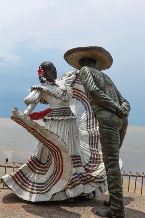 プエルト ・ バジャルタ、メキシコのプエルト ・ バジャルタ、メキシコ - 2015 年 9 月 6 日: バジャルタ ダンサー像。彫刻は 2006 年ジム Demetro によっ 報道画像