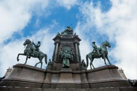 ウィーン、オーストリアのマリア ・ テレジア広場で女帝マリア ・ テレジア像で表示