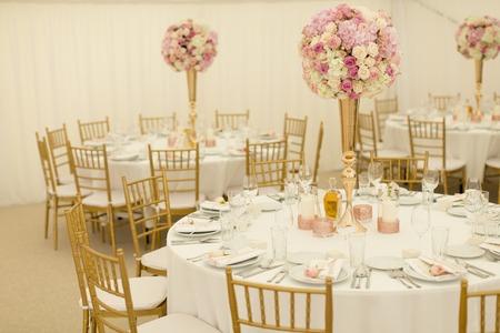 호화로운 결혼식 테이블 장식의 근접 촬영보기 스톡 콘텐츠