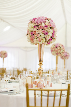 Closeup view of the luxurious wedding table decoration Banque d'images