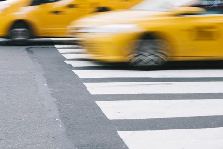 黄色のタクシー ニューヨーク、アメリカ合衆国の都市のストリート シーンの抽象的なぼかし