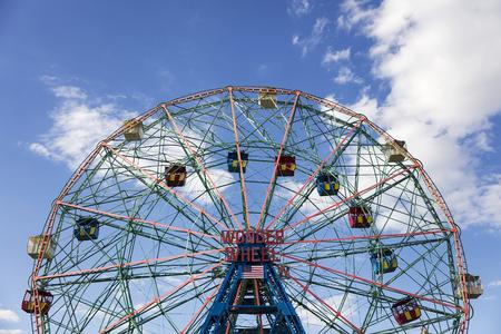 NEW YORK, DE VS - 23 AUGUSTUS, 2017: Niet geïdentificeerde mensen in Luna Park in Konijneiland, New York. Luna Park is geopend in 2010 voormalige site van Astroland. Stockfoto