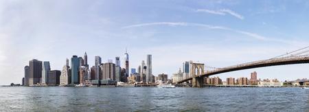 NEW YORK, DE VS - 27 AUGUSTUS, 2017: Mening bij de brug van Brooklyn in New York. Brooklyn Bridge is een hybride hangbrug met een kabelbrug en ongeveer 4000 voetgangers en 3000 fietsers passeren elke dag deze historische brug.