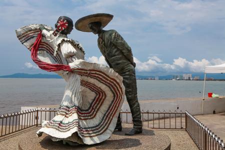プエルト ・ バジャルタ、メキシコのプエルト ・ バジャルタ、メキシコ - 2015 年 9 月 6 日: バジャルタ ダンサー像。彫刻は 2006 年ジム Demetro によっ 写真素材