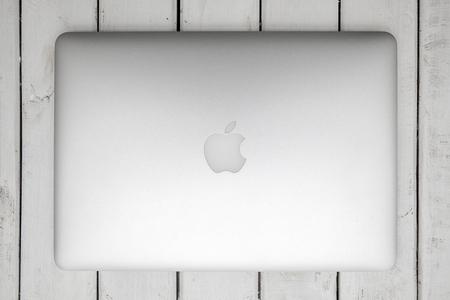 베오그라드, 세르비아 -3 월 3 일, 2017 : 화이트 절연 맥북 컴퓨터. MacBook은 Apple Inc.에서 제조 한 노트북 컴퓨터 브랜드입니다. 에디토리얼