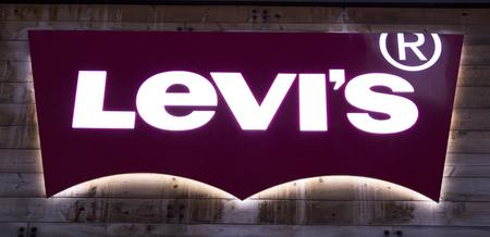 NEW YORK, Verenigde Staten - 31 augustus 2017: Detail van de winkel Levi Strauss en Co. in New York. Levi's bedrijf werd opgericht in 1853 en heeft nu meer dan 2.800 door bedrijven bediende winkels. Redactioneel