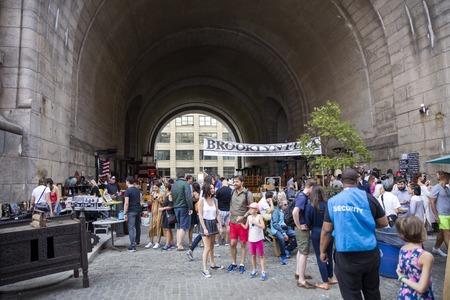 NEW YORK, USA - 27 AGOSTO 2017: Gente Unindentified al mercato delle pulci di Brooklyn a New York. Brooklyn Flea è uno dei principali mercati delle pulci di New York. Archivio Fotografico - 89076111