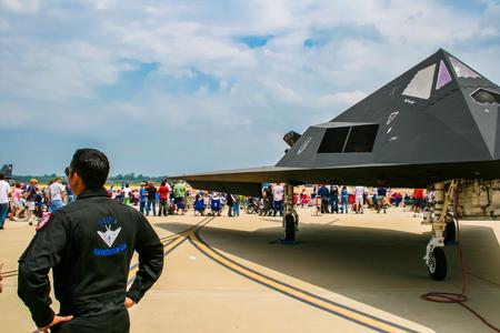 BARKSDALE, DE VS - 22 APRIL, 2017: Niet geïdentificeerde mens door Lockheed F-117 Nighthawk bij Barksdale-Luchtmachtbasis. Sinds 1933 nodigt de basis het publiek uit om vliegtuigen te bekijken tijdens de jaarlijkse vliegshow. Stockfoto - 89076118