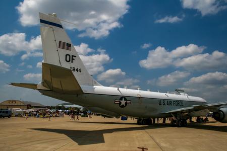 BARKSDALE, 미국 -2007 년 4 월 22 일 : 보잉 RC-135 리벳 Barksdale 공군 기지에서 공동 정찰기. 1933 년 이래,이 기지는 대중에게 연례 airshow에서 항공기를 관람하