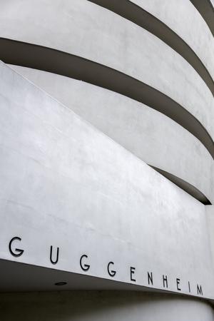 뉴욕, 미국 -AUGUST 22, 2017 : 뉴욕에서 구겐하임 미술관의 세부 사항. 박물관은 Frank Lloyd Wright와 1959 년 10 월 21 일에 개장 한 건물에 의해 디자인되었습니