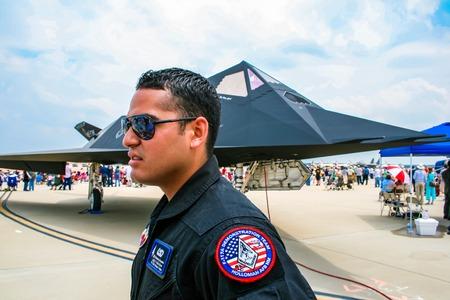 BARKSDALE, DE VS - 22 APRIL, 2017: Niet geïdentificeerde mens door Lockheed F-117 Nighthawk bij Barksdale-Luchtmachtbasis. Sinds 1933 nodigt de basis het publiek uit om vliegtuigen te bekijken tijdens de jaarlijkse vliegshow. Stockfoto - 89457200