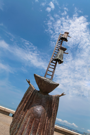 PUERTO VALLARTA, MEXICO - SEPTEMBER 6, 2015: Searching for Reason statue at Puerto Vallarta, Mexico. Sculpure was made by Sergio Bustamante in 2000. Publikacyjne
