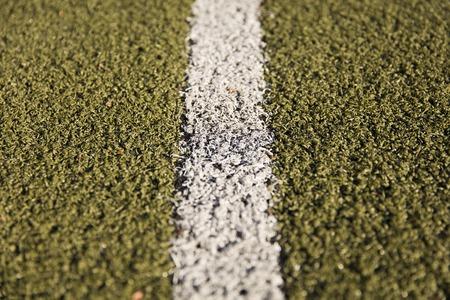 Closeup detalhe da linha branca na grama artificial Foto de archivo - 89351606