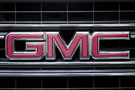 NEW YORK, Verenigde Staten - 31 augustus 2017: Detail van de GMC-vrachtwagen op de straat van New York. GMC is een divisie van de General Motors die zich voornamelijk richt op vrachtwagens en bedrijfswagens Redactioneel