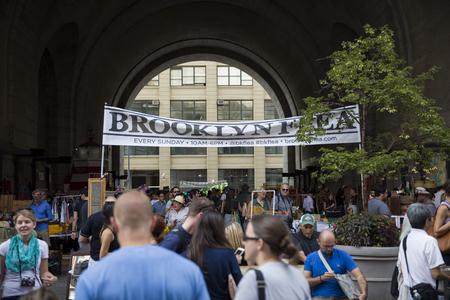 アメリカ合衆国ニューヨーク州-8 月27日 2017: ニューヨークのブルックリンフリーマーケットで Unindentified 人ブルックリンノミは、新しい Yorks の1つで