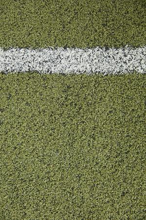 Close-updetail van de witte lijn op kunstmatig gras