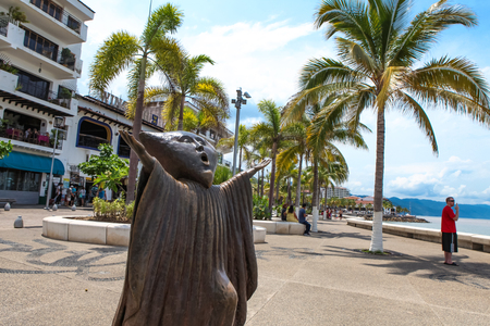 PUERTO VALLARTA, MEXICO - SEPTEMBER 6, 2015: Searching for Reason statue at Puerto Vallarta, Mexico. Sculpure was made by Sergio Bustamante in 2000. Stock Photo - 89502838