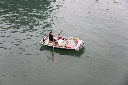 HA LONG, ベトナム - 2017年2月28日:ベトナムのハロン湾でボートに乗っていた身元不明の女性。ハロン湾はユネスコの世界遺産に登録されており、ベトナ