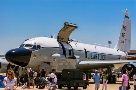 BARKSDALE, 미국 -2007 년 4 월 22 일 : RC-135 리벳 합동 정찰 항공기 Barksdale 공군 기지. 1933 년 이래,이 기지는 대중에게 연례 airshow에서 항공기를 관람하도록