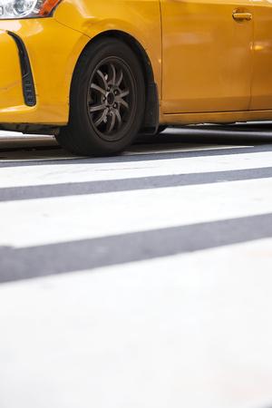 ニューヨーク、アメリカ合衆国で黄色のタクシーのタクシーと都市のストリートシーンの抽象的なぼかし 写真素材