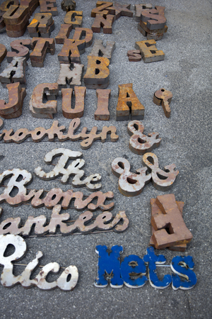 뉴욕, 미국 -UK 27, 2017 : 뉴욕에서 브루클린 벼룩 시장에서 세부 사항. 브루클린 벼룩은 뉴욕 최고의 벼룩 시장 중 하나입니다. 스톡 콘텐츠