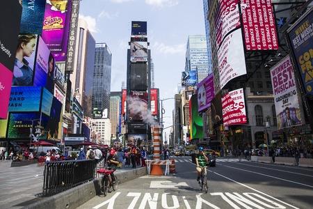 ニューヨーク、アメリカ合衆国-8 月31日、2017: タイムズスクエアの未確認の人々、ニューヨーク。タイムズスクエアは、ニューヨーク市で最も人気の