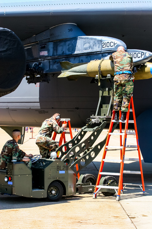 BARKSDALE, 미국 -2007 년 4 월 22 일 : 보잉 RC-135 Barksdale 공군 기지에서 B-52 폭격기에 폭탄을로드하는 Uncontentified 사람. 1933 년 이래,이 기지는 대중에게 연례  에디토리얼