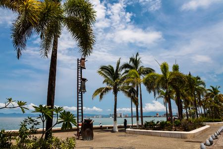 PUERTO VALLARTA, MEXICO - SEPTEMBER 6, 2015: Searching for Reason statue at Puerto Vallarta, Mexico. Sculpure was made by Sergio Bustamante in 2000. Stock Photo - 90407968