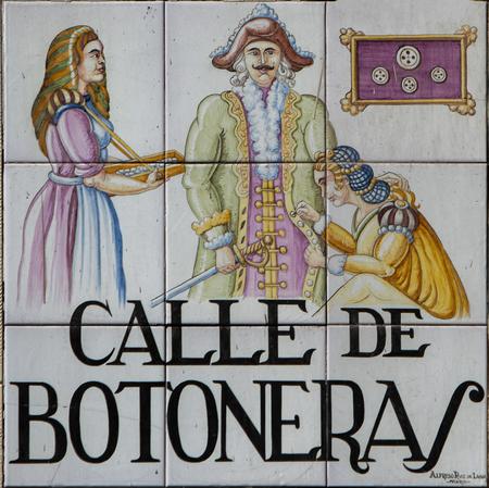 Madrid, Espanha - 14 de março de 2016: Closeup da placa de rua de Madrid. As placas de rua em Madrid são azulejos pintados à mão, tipicamente compostos por 9 ou 12 azulejos. Eles descrevem o nome do beco ou rua. Foto de archivo - 90428168
