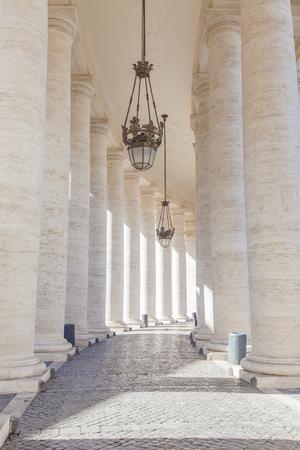 バチカンの広場サン・ピエトロ (聖ペテロ広場) のコロネードからの詳細